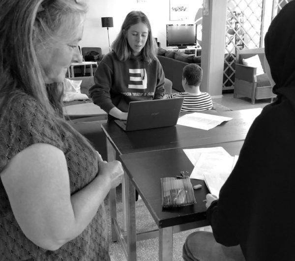 Ami Andersson möter unga skribenter.